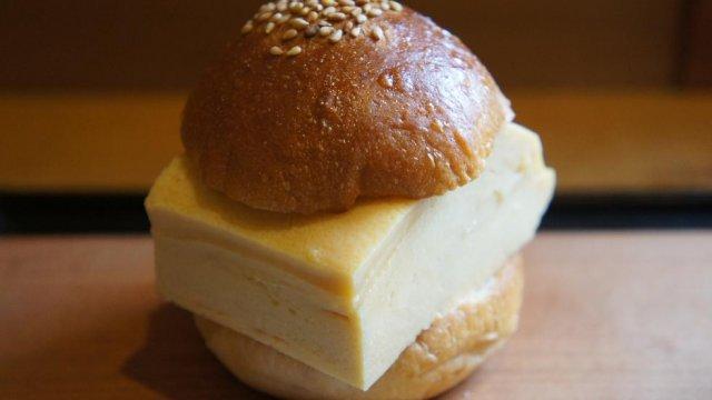 パンより分厚いかも!?超極厚だし巻きをはさんだ驚愕サンド!