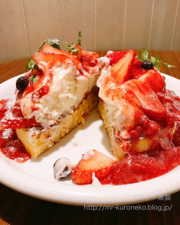 天使のクリームが盛り盛り!ふわもち絶品・いちごのレアチーズパンケーキ