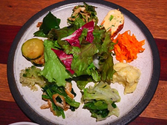 10種近くものお惣菜は野菜たっぷり。温もりあるカフェのヘルシーランチ