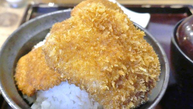 ご飯の上に山盛りのタレかつ!東京で食べられる新潟式「タレかつ丼」