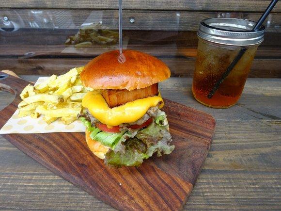 病みつきになる肉感!大阪のブランド豚を100%使った極旨ハンバーガー