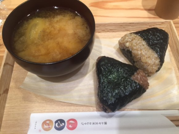 日本人なら一度は食べてみてほしい!人気の「寝かせ玄米おむすび」専門店