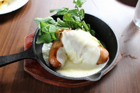 鉄扉の奥に隠れた夢の空間!とろけるチーズと肉三昧が楽しめる肉バル