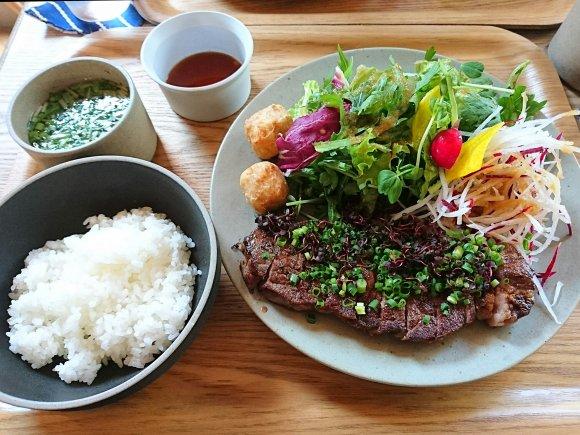 ガッツリお肉のプレートランチ!野菜もたっぷりで地元民から人気のカフェ