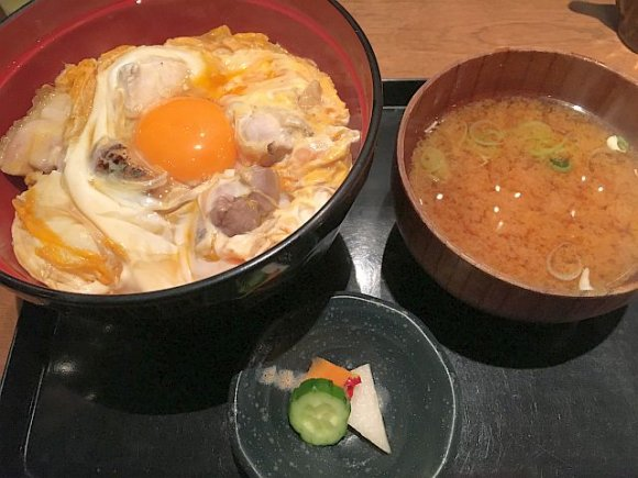 「究極」の名に恥じない味!東京軍鶏の親子丼をお値打ち価格で