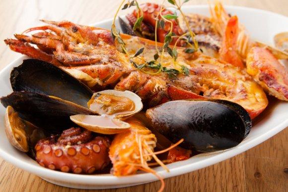 ワインのコスパは新橋随一!品数豊富なピンチョスや海老料理が人気のバル