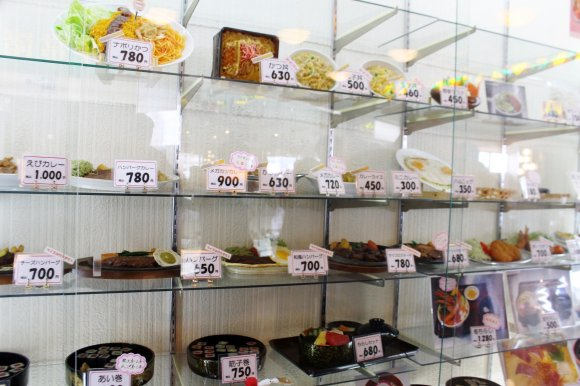 お帰りなさい!『マルカンビル大食堂』名物、箸で食べるソフトクリーム!