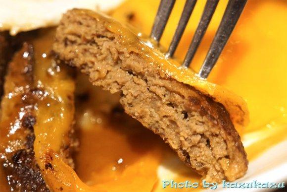 チーズと旨みが溢れ出す!有名パンケーキ店による本気の限定ハンバーグ丼