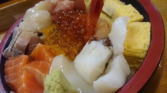 丼からはみ出す穴子天ぷらに海鮮丼も!ご飯との相性が最高すぎる「丼」
