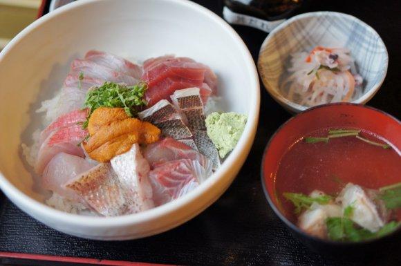 文句なしの美味さ!魚市場のすぐ横で味わう鮮度抜群の海鮮丼