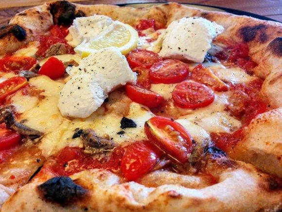 もっちもちの石釜焼きナポリピザが美味しい!地図必須の隠れ家のような店