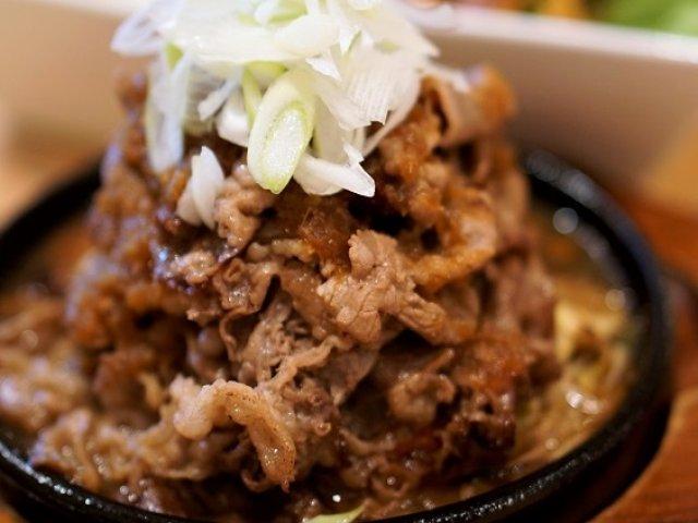 そびえ立つ肉の塔に食欲倍増!ヤキニク鉄板が必食の人気洋食店