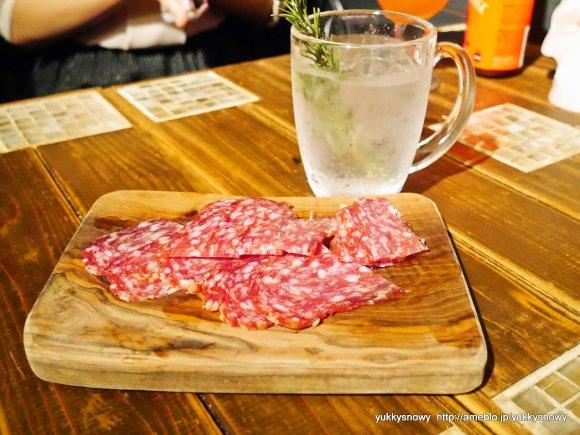 肉シュークリームに肉アイス! 下北沢でお肉と酒の世界旅行を