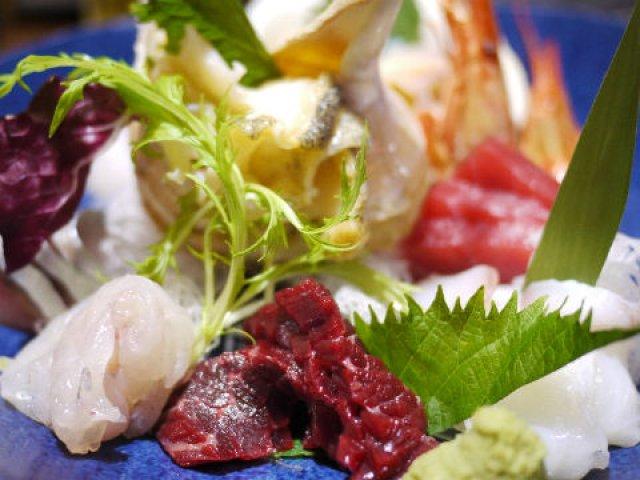 めずらしい鯨も!常連のサラリーマンで大賑わいの料理もお酒も美味しい店