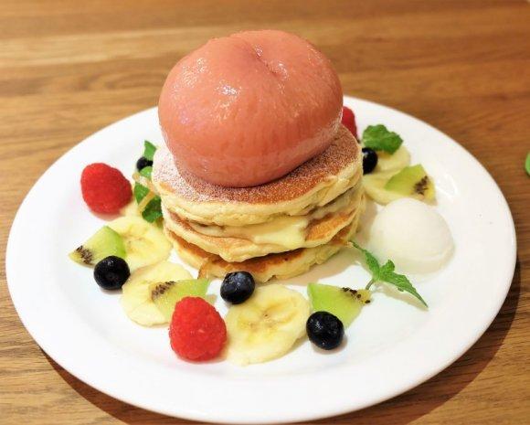 桃の中には〇〇〇〇が! 人気店でまた会える「まるごと桃のパンケーキ」