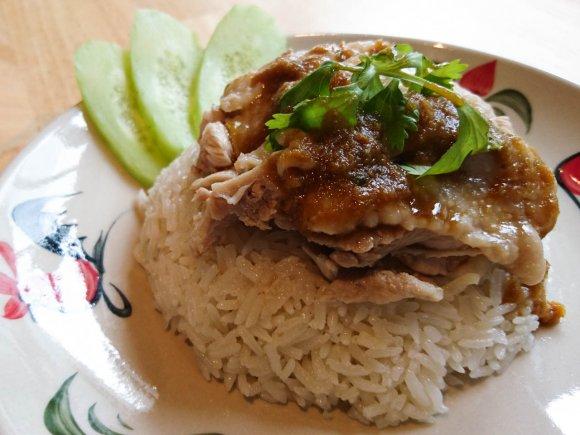 ランチタイムのみ営業!本格的なカオマンガイや旨いタイ料理が味わえる店