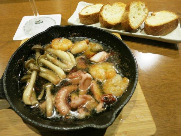バルで「魂の焼きそば」を!モチモチ生麺をオリーブオイルで焼き上げる店