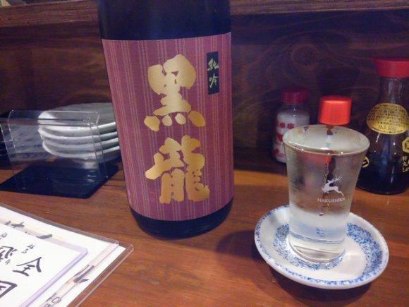 各地の日本酒がグラスになみなみで380円!肴もリーズナブルな呑み処