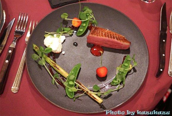 夏バテも吹き飛ぶ!豪快鴨肉料理と情熱的なショーを楽しめるレストラン