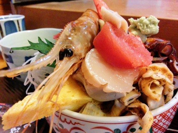 海鮮丼は値段以上のボリューム!コリッコリの活あわびも味わえる寿司屋