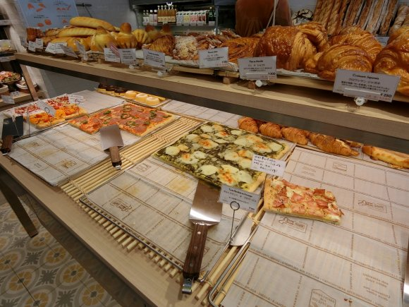 ボリューム感たっぷり!もっちり美味しいタルトフランべが必食のパン屋