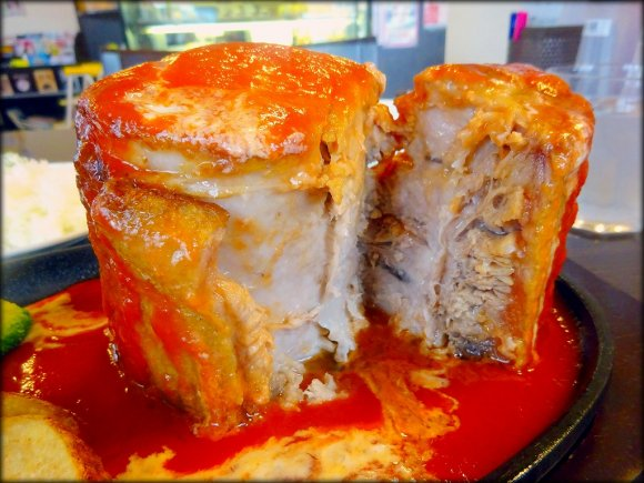 1.2kgの肉塊!カフェ店で異彩を放つ1日5食限定のポークチャップ