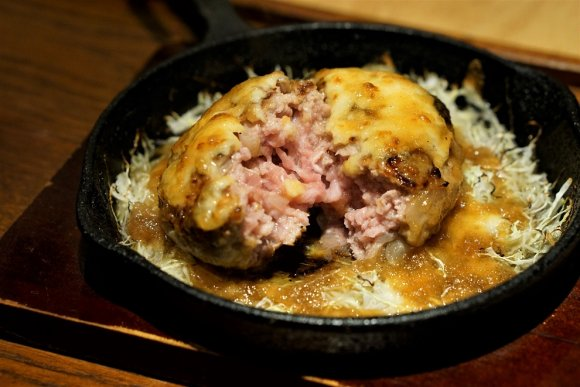旨味はじける!延々と食べ続けたい衝動にかられる専門店の「豚ステーキ」