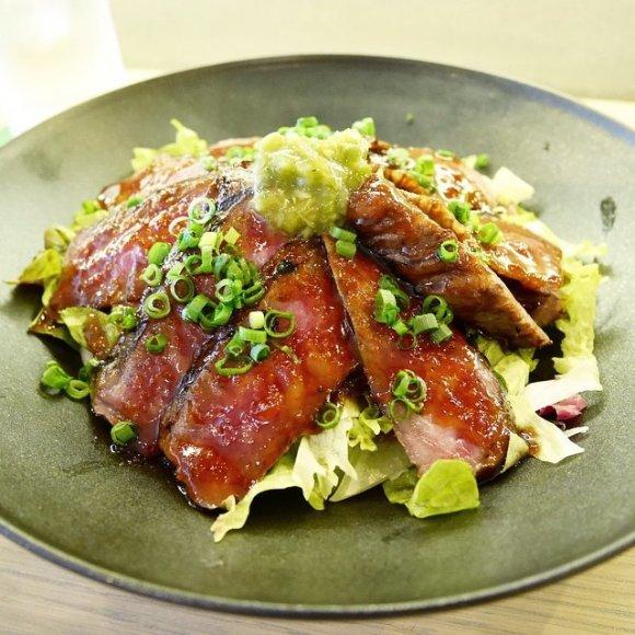 ステーキにカツ丼、塊肉も!美味しい肉料理がリーズナブルに楽しめる店