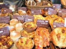 人気急上昇中!80種類ものパンが並ぶ、幸せな気持ちになれるパン屋さん