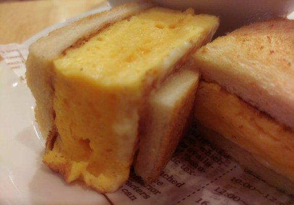 正方形並みの分厚さ!?超厚焼き玉子のサンドイッチで朝ごはん