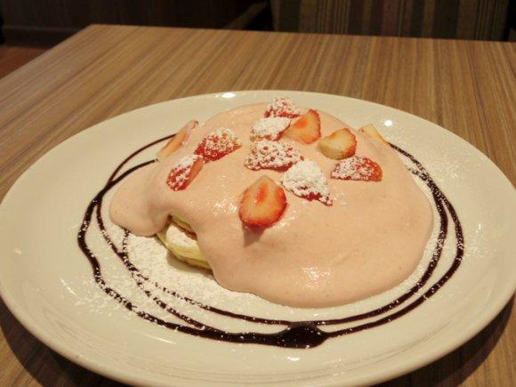 今冬限定!苺たっぷりピンククリームのパンケーキ:高倉町珈琲