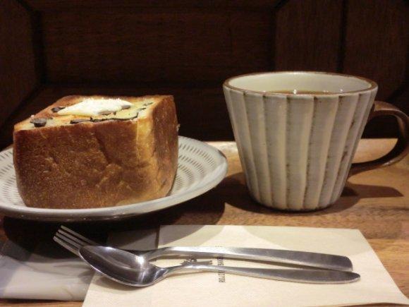 見つけた喜びも味も満点!路地裏の本格派パンが並ぶ、かわいい小さなお店