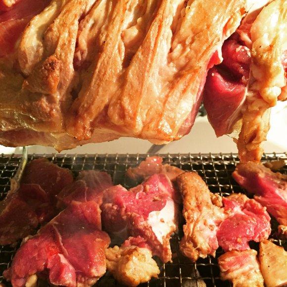 食べ応え抜群のボリューム!皆でワイワイ「羊足の丸焼き」が体験できる店