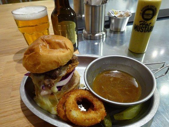 肉汁ソースに豪快ディップ!串カツをオマージュした大阪限定ハンバーガー