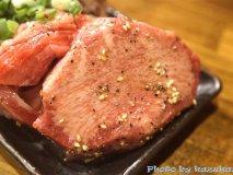 インパクト大の極厚塊肉や、旨味たっぷりの赤身肉を楽しめる話題の焼肉店