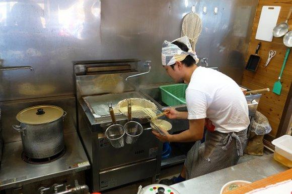 噛み応えがある極太剛麺が旨い!1杯200円のうどんを高級丼で味わう店