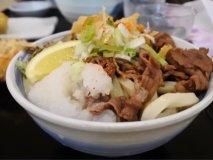 コシがグイグイ極太麺!行列覚悟の人気店の本格讃岐うどん「肉ぶっかけ」
