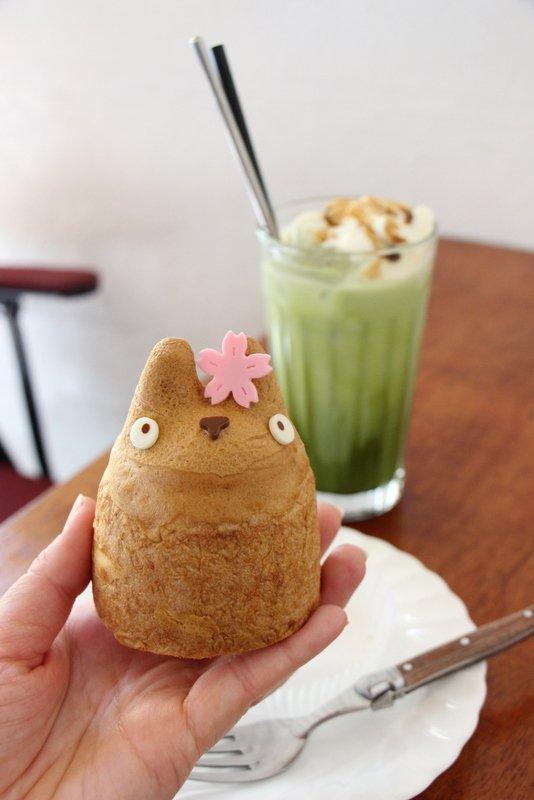 トトロと一緒にお花見気分!可愛すぎるトトロ型シュークリーム