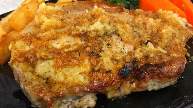 【グリルスズコウ】ステーキのような極厚「特大生姜焼」は食べるべき一品