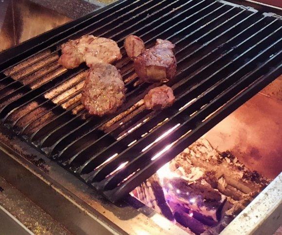 しっとりジューシーな薪焼き肉を堪能!洋風串焼きが豪快で美味しい肉バル