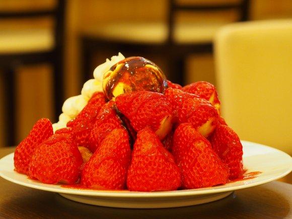 期間限定!大量のイチゴで生地が見えないスペシャルパンケーキ