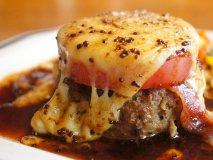 とろ~りチーズが堪らない!山盛りご飯がモリモリ進む、至極のハンバーグ