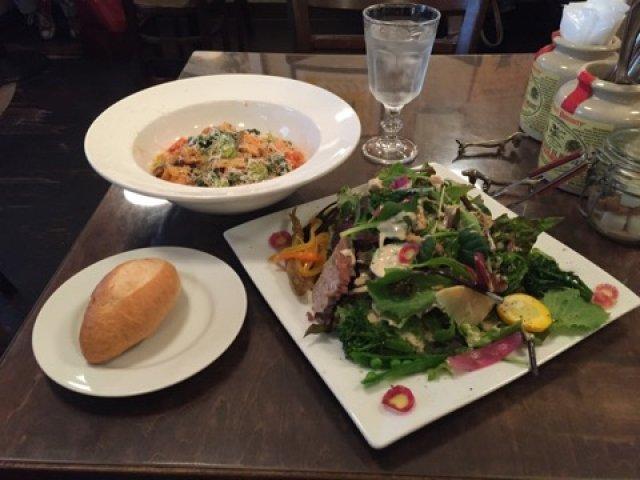 想像以上のデカ盛りサラダ付き!野菜がたっぷり摂れる大満足パスタセット