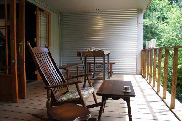 京都観光のメッカ・伏見稲荷大社近くにテラスが素敵なカフェがオープン!