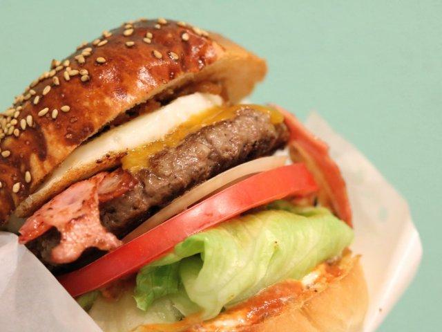 肉の美味しさを120%楽しめる!大人気ハンバーガーショップの3号店