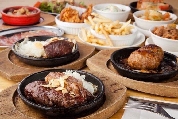 ビフテキもおかわりOK!新宿で3980円食べ飲み放題の高コスパ肉バル