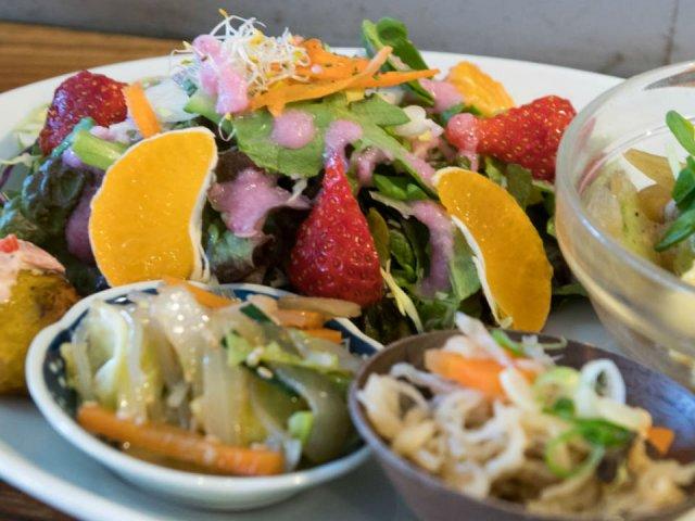 新鮮野菜をたっぷり!野菜不足のときにこそ食べたい「ヘルシー玄米定食」