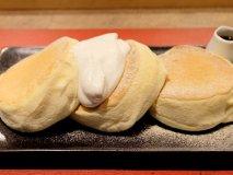 スプーンで食べたいくらいふわっふわ!じっくり焼き上げられるパンケーキ