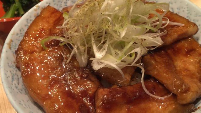 分厚い肉でご飯が見えない!帯広ぶた丼が割烹なのに千円未満!