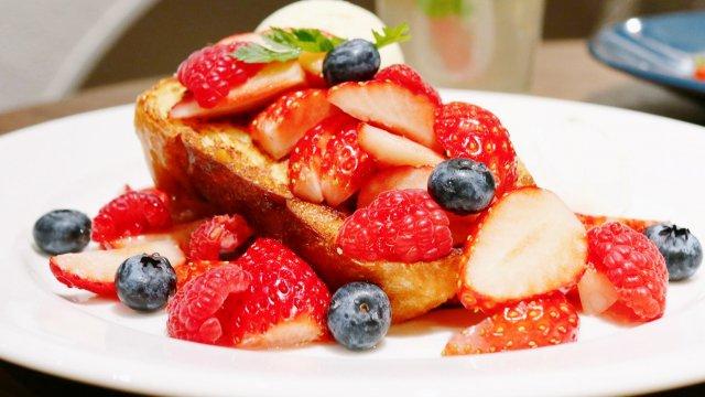 いちごが盛り盛り!新食感フレンチトーストが美味しいカフェがオープン